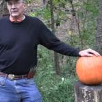 K�rbis schnitzen mit einer Pistole