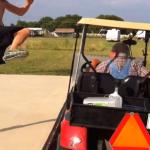 �ber den Golfwagen springen