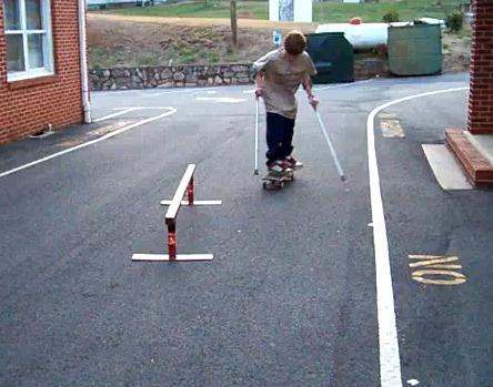Auf Krücken Skateboarden